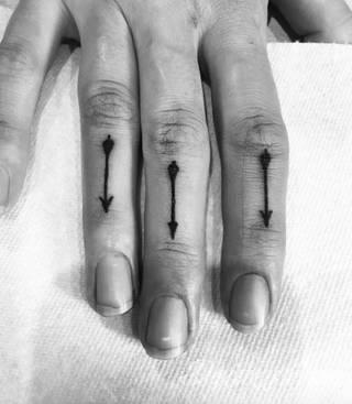 Tatuaże ze strzałami to bezpośredni symbol dynamiki zmian. Cienkie, zakończone jedynie szerszym motywem obrazy ze strzałką sugerowane są przede wszystkim na ozdobienie kończyn. Łydka, ramię, palce - na tych elementach tatuaże ze strzałami będą szczególnie interesujące.