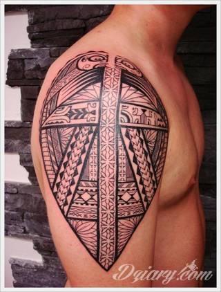 Tatuaże określane jako tribal to nawiązanie do plemiennych wierzeń maoryskich. Dziś oplatające ciała wzory to jeden z uniwersalnych motywów dostosowanych nie tylko do ciała męskiego. Tribal wygląda intrygująco również na ciele kobiecym - np. na smukłych udach.