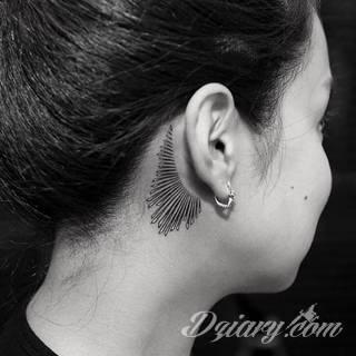 Modne tatuaże na uchu to przede wszystkim skromne rozmiary pozwalające na ciekawą aranżację kolorystyczną. Bardziej odważne warianty tworzą rozbudowane grafiki, które diametralnie zmieniają wizerunek właściciela. Ciekawie komponują się ze zdobieniami - np. w formie kolczyków.