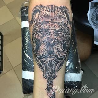 Tatuaże nawiązujące do Skandynawii, tradycji wikingów, surowego i bezlitosnego trybu życia. Proste, wyraziste wzory doskonale oddają charakterystykę życia byłych mieszkańców północy Europy. Tatuaż ma być surowy, męski, bez nadmiernych zdobień.