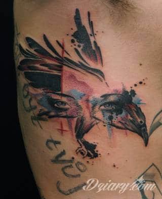 Akwarelowe tatuaże watercolor stanowią intrygujące połączenie unikatowych wzorów i rozbudowanej kolorystyki. Kreska jest w nich rozmyta; tworzą intrygujący efekt graficzny farby swobodnie przelewanej na skórze.