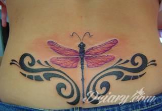 Motyw ważki na tatuażu nadaje ciału lekkości. Podkreśla ulotną chwilę, a jednocześnie daje duże możliwości aranżacji. Tatuaże z ważką pozwalają bowiem na zastosowanie wszelkich kolorów dostosowanych do konkretnych oczekiwań.