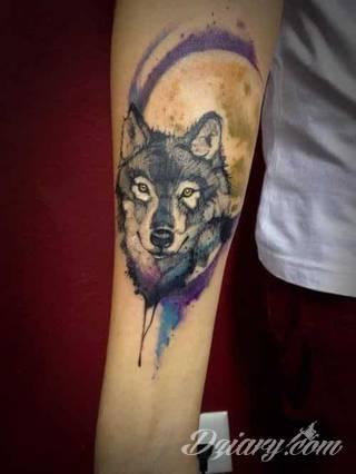 Wilk na tatuażu kojarzy się z niebezpieczeństwem. Starannie nakreślony pysk drapieżników, na ciele staje się konkretnym symbolem. Duże możliwości daje zastosowanie wilczych tatuaży na różnych fragmentach ciała.