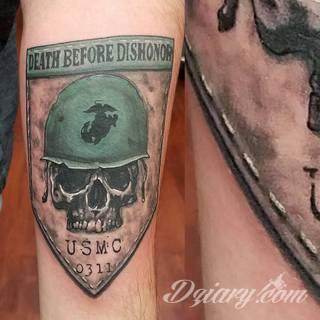 Charakterystyczne tatuaże wojskowe to grafiki żołnierskie podkreślające twardość i nieustępliwość. Czaszka w berecie konkretnego batalionu, oddział paradujący z flagą, bohater wojenny - mnogość grafik robi pod tym względem ogromne wrażenie.