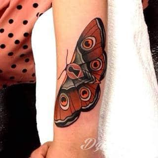 Kłódka, zamek z kluczem, symboliczna brama tworząca wejście do wnętrza - tego typu tatuaże symbolizują otwarcie, ale blokadę, wstęp do środka wyłącznie dla uprawnionych. Tatuaże eksponujące zamek z kluczem to przede wszystkim ciekawe wzornictwo niebanalnie łączące się z ciekawą kolorystyką.
