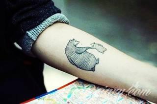 Zwierzęta na tatuażach to najszersza kolekcja obrazów; lekkie i smukłe jak i duże, obszerne, rozbudowane grafiki dostosowywane są do konkretnego elementu ciała. Dodatkowo, tatuaże zwierząt można ciekawie skomponować z cechami skóry - np. znamionami.