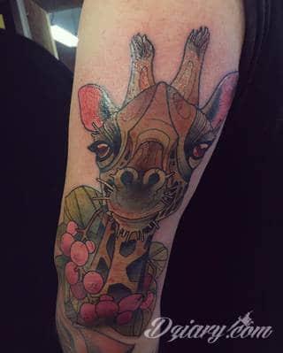 Tatuaż z żyrafą bywa absurdalny, ale właśnie na tym polega jego urok. Charakterystyka żyraf sprawia, że grafiki świetnie prezentują się na rękach czy nogach. Tatuaże często wykorzystują również naturalne elementy skóry - np. pieprzyki - do nadania żyrafie cech charakterystycznych.