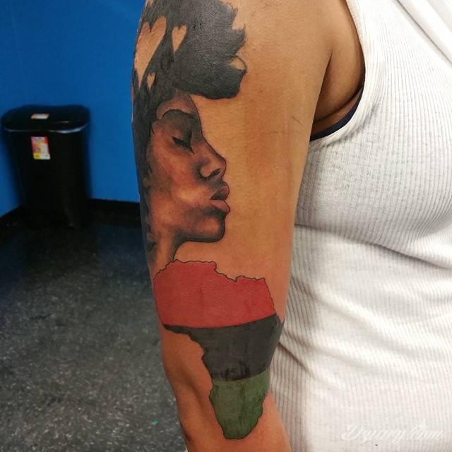 Tatuaże z klimatem Afryki - nie tylko dla miłośników Czarnego Lądu. Intrygują symboliką, zwracają uwagę niebanalną kolorystyką i doskonale oddają charakter nie tylko plemiennej przynależności społecznej.