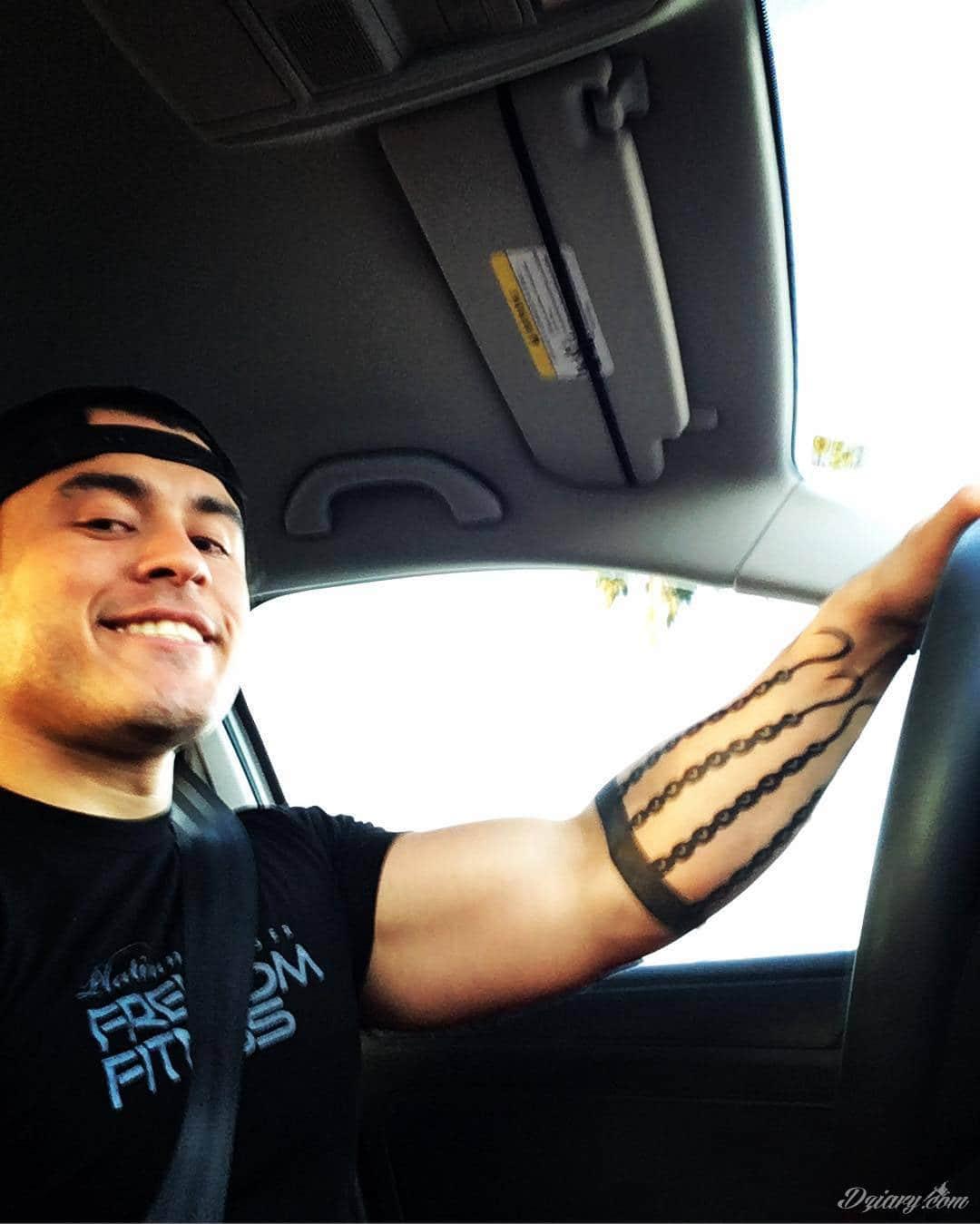 Intensywne ciemne tatuaże - o pogłębionej czerni i ciekawym kontraście z bielszym odcieniem skóry. Duże formaty i szczegółowa kreska pozwalają podkreślić oryginalność grafik. Czarne tatuaże to wszechstronność: od skromnych po duże i rozbudowane wzory.