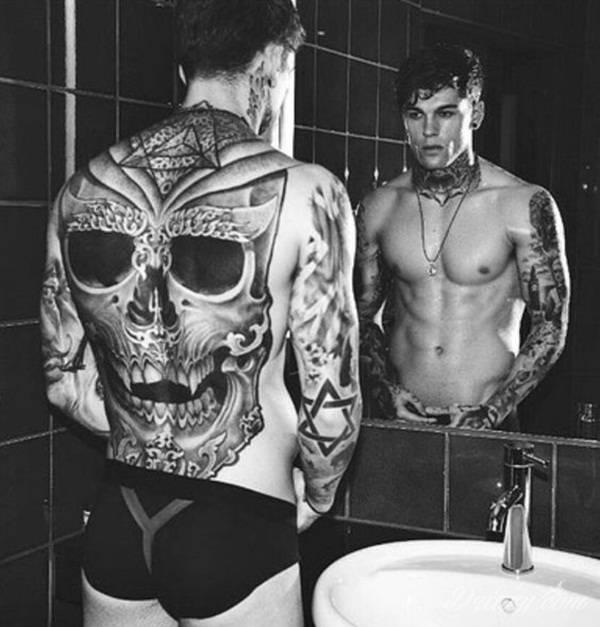 Death is not the end! Tatuaże z czaszkami pokazują dystans do tego, co nieuniknione. Czaszka na skórze ma niejedno oblicze: od wzbudzającego strach po lekko kpiące z otaczającej nas rzeczywistości.