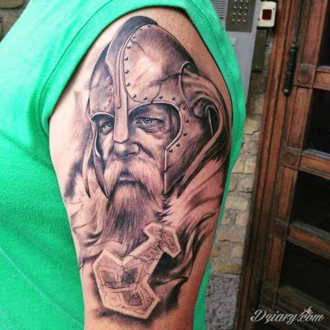 Tatuaże dla mężczyzn powinny być męskie, mocne, odważne. Pobudzają wyobraźnię, przekraczają granice. Symbolizują harmonię, ale i podkreślają gotowość na wszystko - tatuaż dla chłopaka czy mężczyzny to przede wszystkim pomysł.