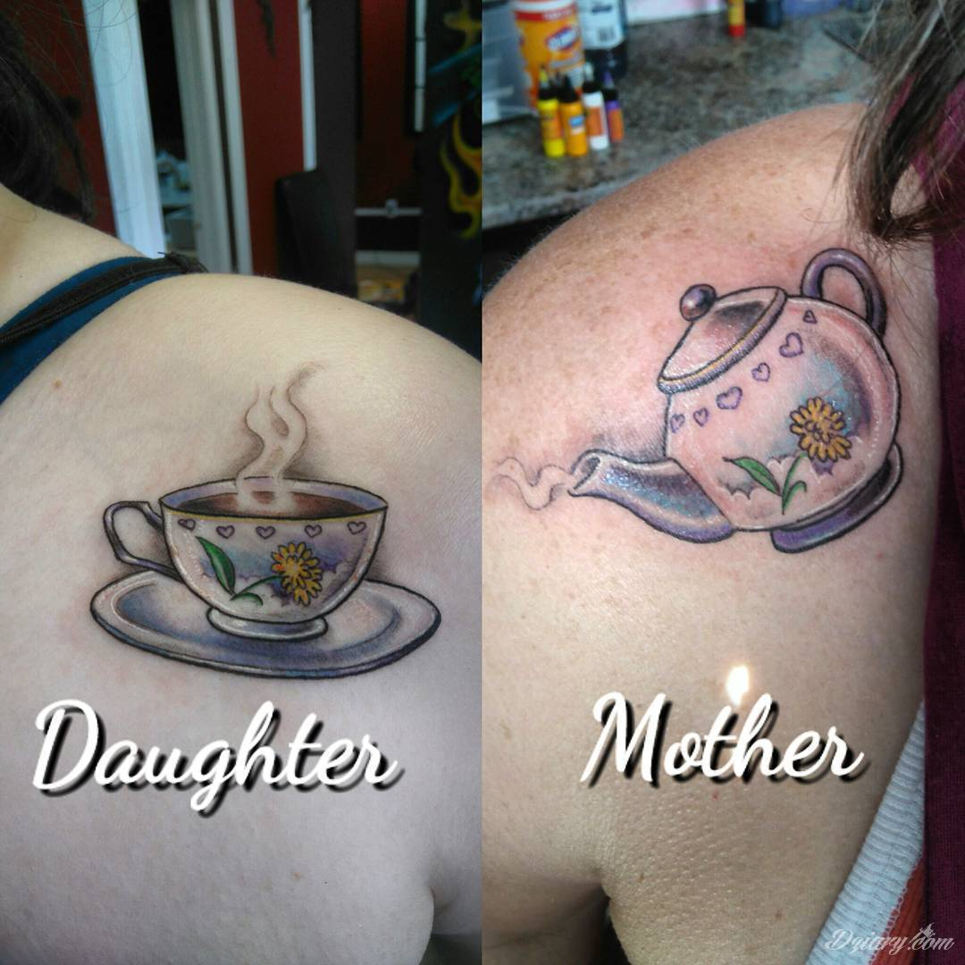 Idealne tatuaże dla bliskich - podkreślają głębokie relacje i nawiązanie do mentalnej jedności. Niewielkie muśnięcia identyczną kreską to tatuaż dla przyjaciół o równie wielkiej mocy jak duże wzory z ulubioną grafiką.