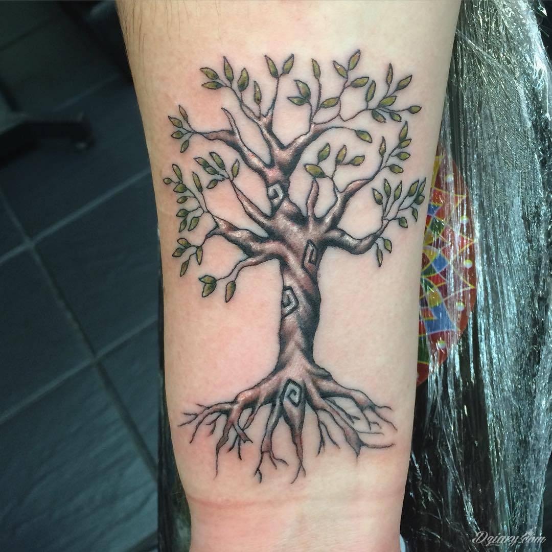 Tatuaże, w których głównym motywem są drzewa to symbol wytrwałości, pięcia się do góry, twardości. Nie muszą ograniczać się do konaru. Drzewo bywa na tatuażu czymś zdecydowanie bardziej znaczącym.