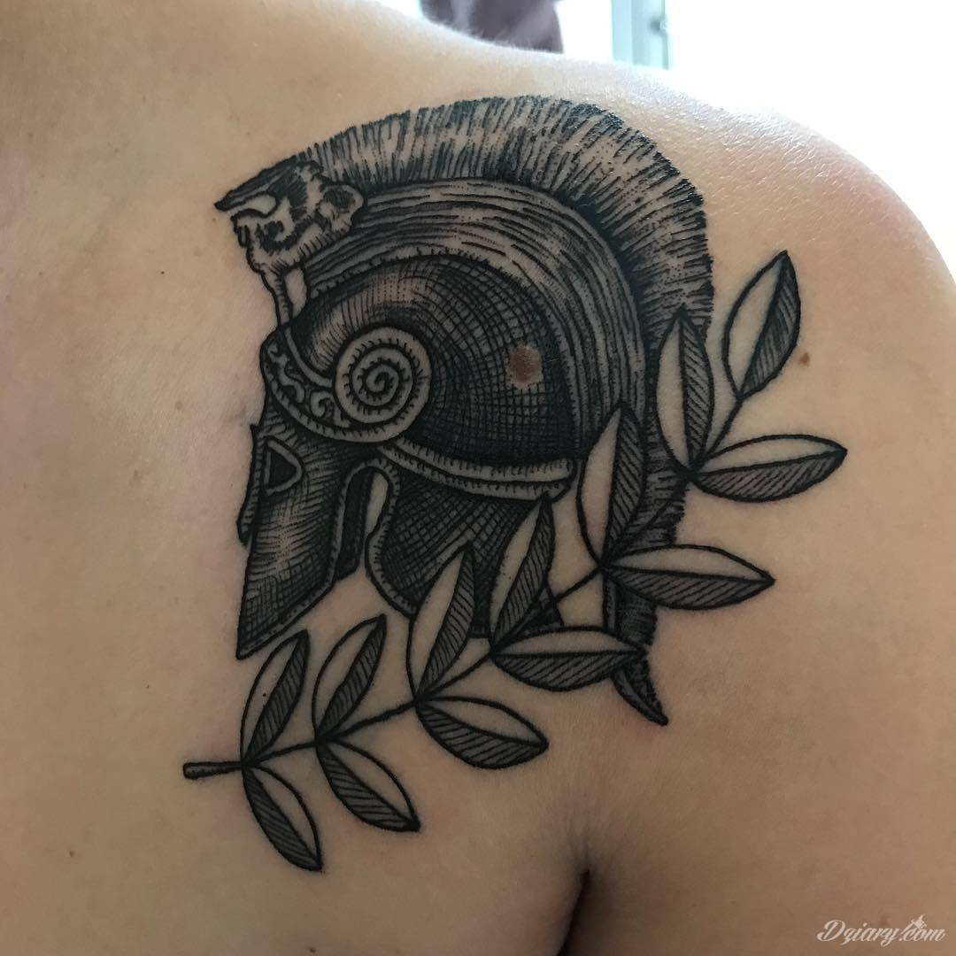 Klimatyczne tatuaże greckie wprost nawiązujące do uroków Hellady. Wzory grafik na ciele oparte są na mitologii oraz sekretnej symbolice starożytnych Aten. Zdobiąc ciało, podkreślają znaczenie historii w ludzkim życiu.