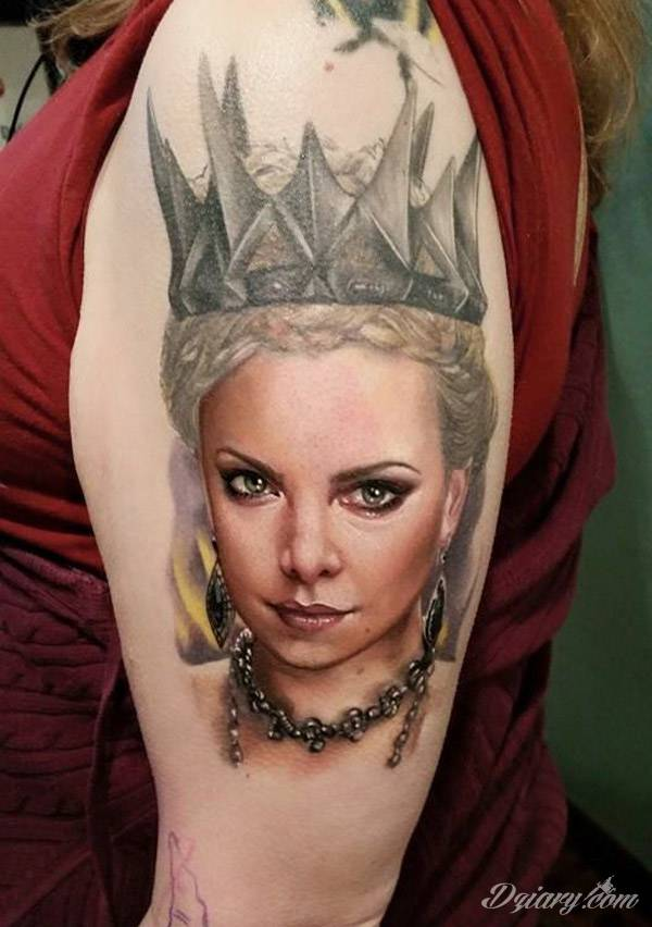 Tajemnicze i oparte głównie na motywie czerni - przeplatanej gdzieniegdzie z kontrą bieli - tatuaże kruków. Ciekawa forma dla osób stawiających na niebanalne formy zdobienia ciała. Kruk na tatuażach często stanowi też część większej przestrzeni.