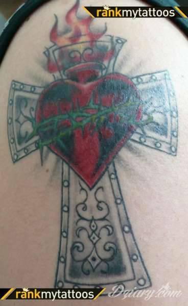 Tatuaże podkreślające nie tylko przywiązanie do religii. Krzyże o różnej formie - od cienkich po potężne; stylizowane na drewno jak i krzyże o metalicznej postaci czasami podkreślone dodatkowym łańcuchem.
