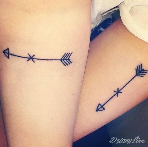 Równowaga płynąca z tatuaży o starannie zarysowanym łuku podkreśla charakter właściciela. Tego typu motywy dają możliwość podkreślenia np. elementu znajdującego się w centrum owalu tworzonego przez łuk.