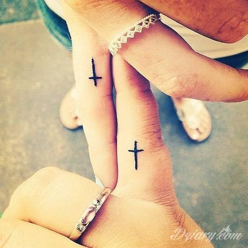 Krótkie hasło, niewielki symboliczny rysunek, większa grafika wplatająca dłonie w tło - tatuaże na palcach to nieograniczona wręcz liczba rozwiązań. Doskonale dopasować można je zarówno do subtelnego ciała kobiety jak i silnych dłoni męskich.