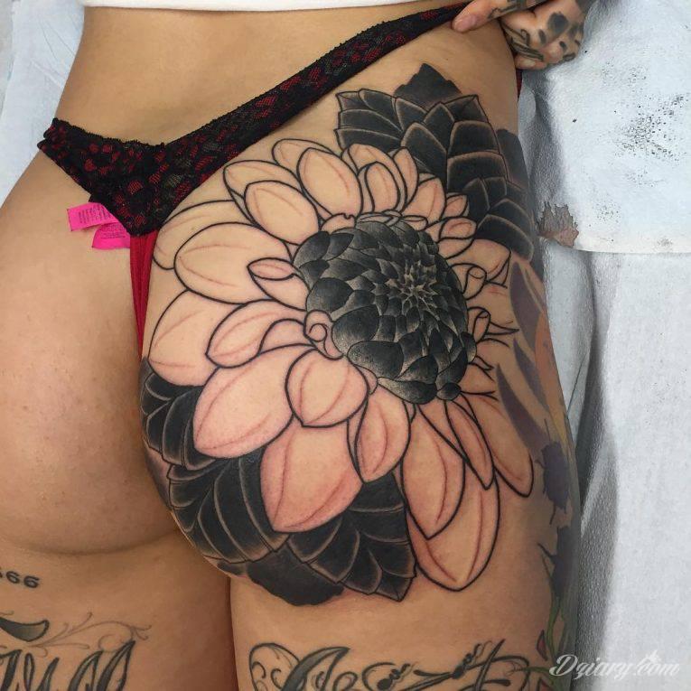 Pobudzające wyobraźnię tatuaże na pośladkach mają wymiar nie tylko erotyczny. Podkreślają kobiecość, uwypuklają męskość - tu granicą jest wyłącznie wyobraźnia i odwaga w kreowaniu obrazu na ciele.