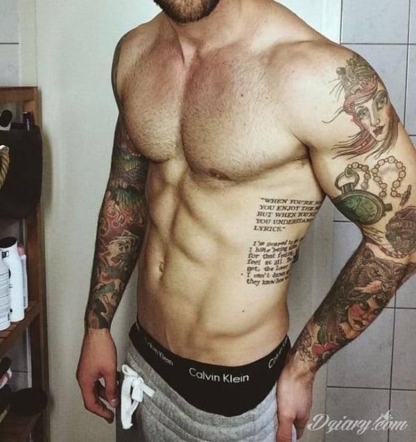 Efekt tatuażu na żebrach jest zjawiskowy. Ciekawa grafika może użyć ich kształtu do podkreślenia wyjątkowości; tatuaż dla którego naprawdę warto pocierpieć - jakże inny w swoim formacie od standardowych rozwiązań.