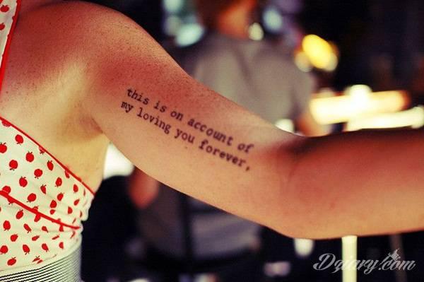 Cytaty oraz własne słowa przypominające o tym co ważne; tatuaże w formie napisów dają ogromne możliwości zastosowania - od łopatek po litery na wnętrzu ramienia. Modele o szczególnej uniwersalności dzięki różnym czcionkom.
