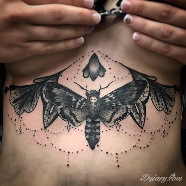Tatuaże pod biustem zyskują wiele fanek. Miejsce pod piersiami jest idealne na tatuaż, który wręcz uderza w zmysły. Ukryty, ale kuszący, graficzny lub ograniczony do osobistego napisu. Tworzy ciekawą kompozycję z tatuażami między piersiami.