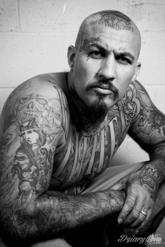 Dziwne, nietypowe, czasami wulgarne, zawsze z konkretnym znaczeniem - tatuaże więzienne to symbolika, ale nie obejmująca tylko przestępców. Kropki, większe grafiki na twarzy, przekazy na plecach - tatuaże więźniów to jeden z szerszych katalogów wzorów.
