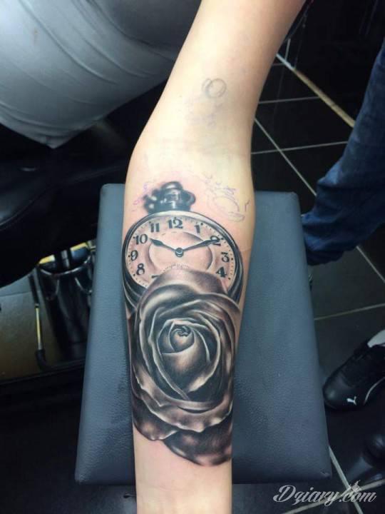 Zegar I Róża Na Ręku