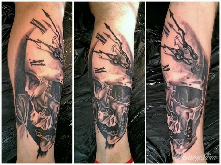 Tatuaż zegar czarny czaszka