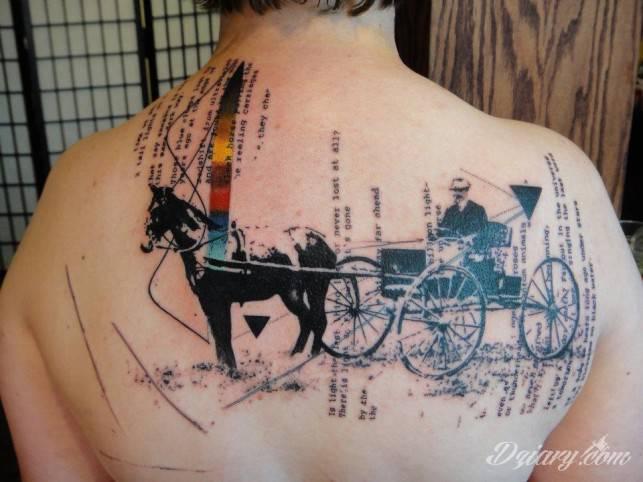 Abstrakcyjny tatuaż na górnych plecach.
