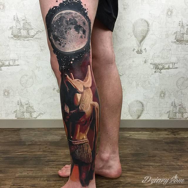 Tatuaż Anubis pod księżycem...