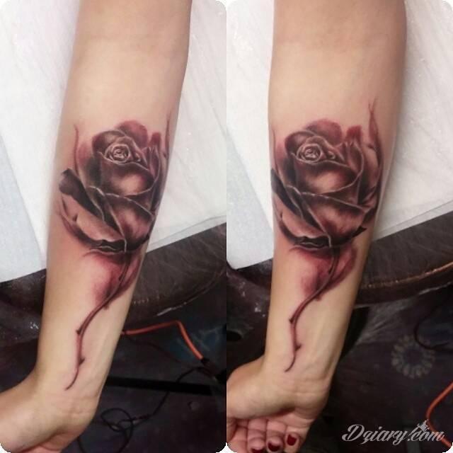 Czarna Róża Na Przedramieniu