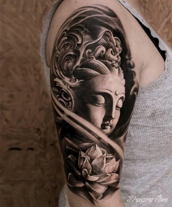 Czarnobiały budda z kwiatem lotosu na ramieniu.