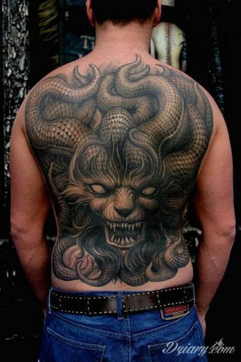 Czarnobiały tatuaż twarzy z mackami na plecach.