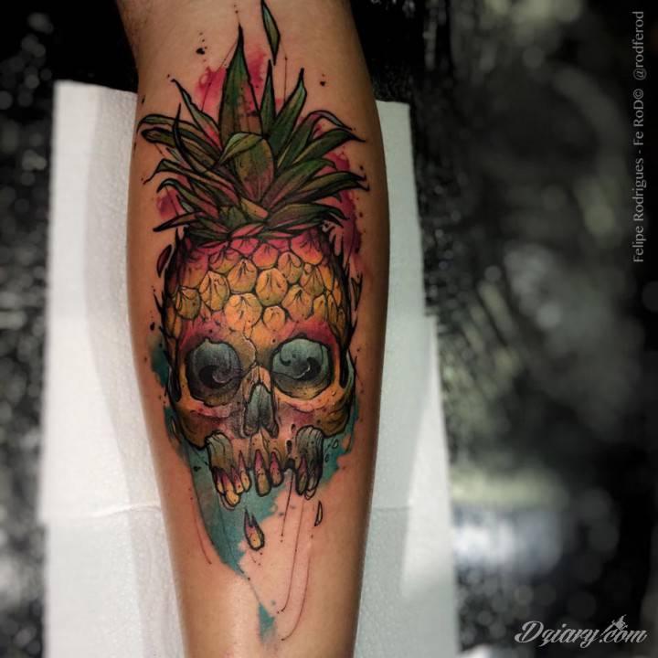 Dość nietypowy, kolorowy tatuaż łączący czaszkę z ananasem.