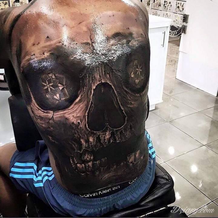 DrewAPicture jest tatuażystą, który przykłada niesamowitą wagę do detali tatuaży, które tworzy. Dzięki temu szybko wyrobił sobie niesamowitą markę!