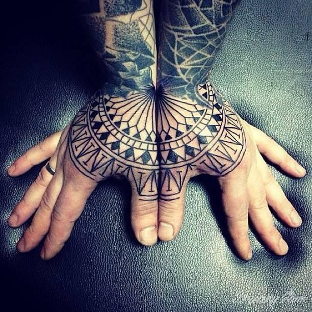 Geometryczny tatuaż na dłoniach