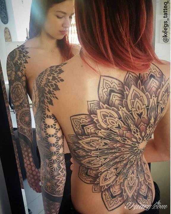 Geometryczny Tatuaż Na Kobiecych Plecach Autorstwa Keeg