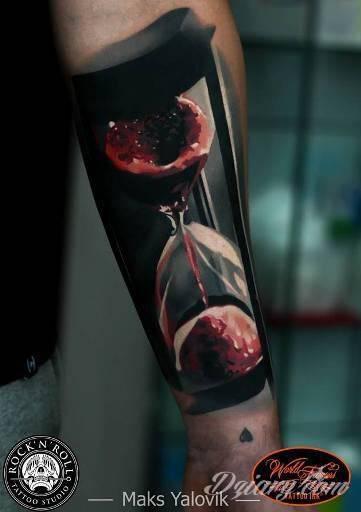 Klepsydra z przelewającą się krwią na przedramieniu.
