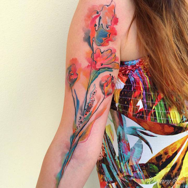 Kolorowe kwiaty idące przez całą rękę.