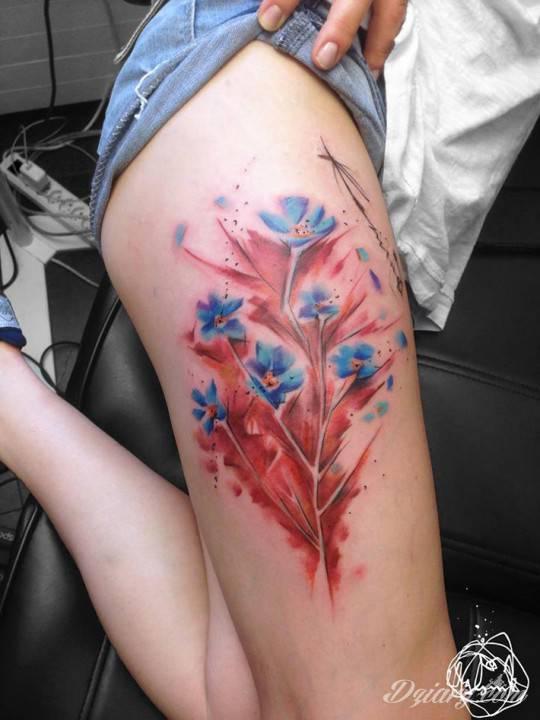Kolorowe kwiaty na prawym udzie.