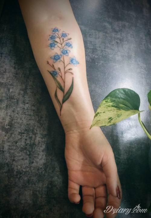 Tatuaż Kolorowy kwiatek niezapominajk