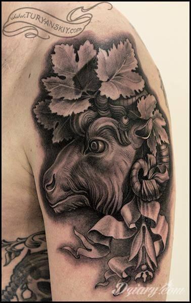 Tatuaż Koza otoczona liśćmi...