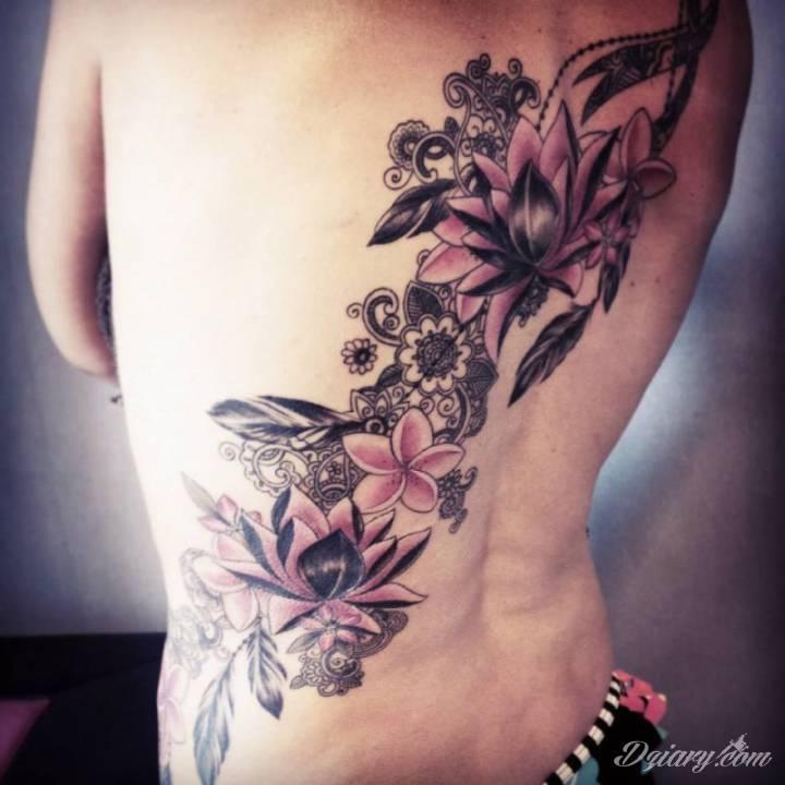 Kwiaty z kolorowymi elementami na plecach.