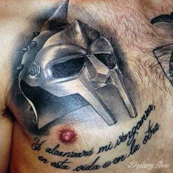 Maska gladiatora na klatce piersiowej.