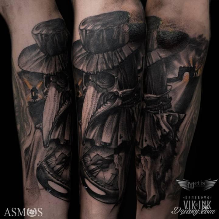 """Mroczny tatuaż """"evil plague doctor"""" na ręce."""