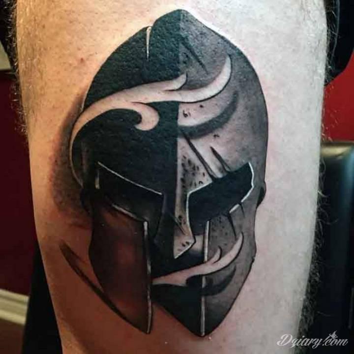 Mroczny tatuaż hełmu.