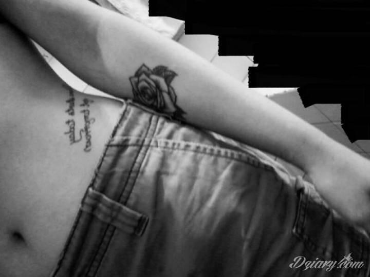 "Tatuaż napis ""future starts..."