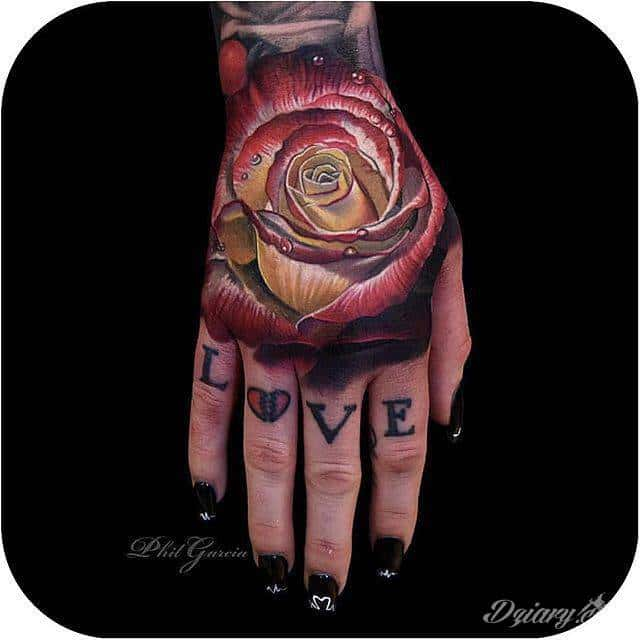 Niesamowita Róża Na Dłoni