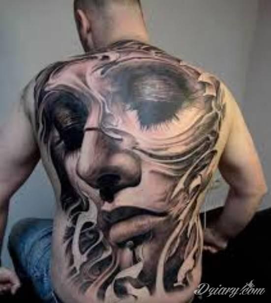 Niezwykły tatuaż na plecach mężczyzny. Jest to twarz kobiety z opuszczonymi w dół i pomalowanymi na ciemno oczami.